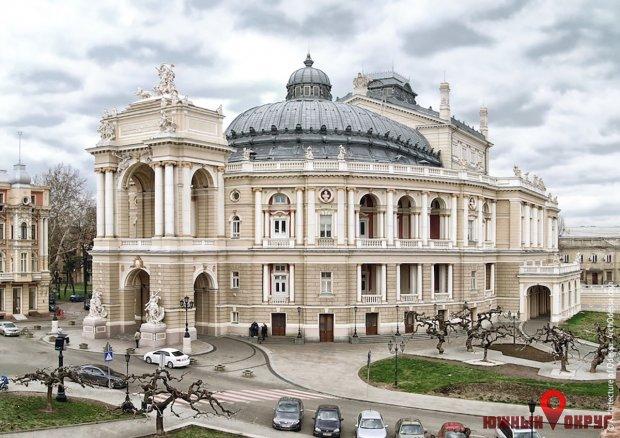 """Как это было: за14 свай порт """"Южный"""" получил отОдесского оперного театра сувенир иправо собственности"""